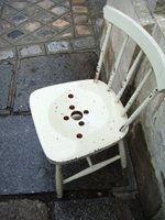 Chair with holes 拾った椅子